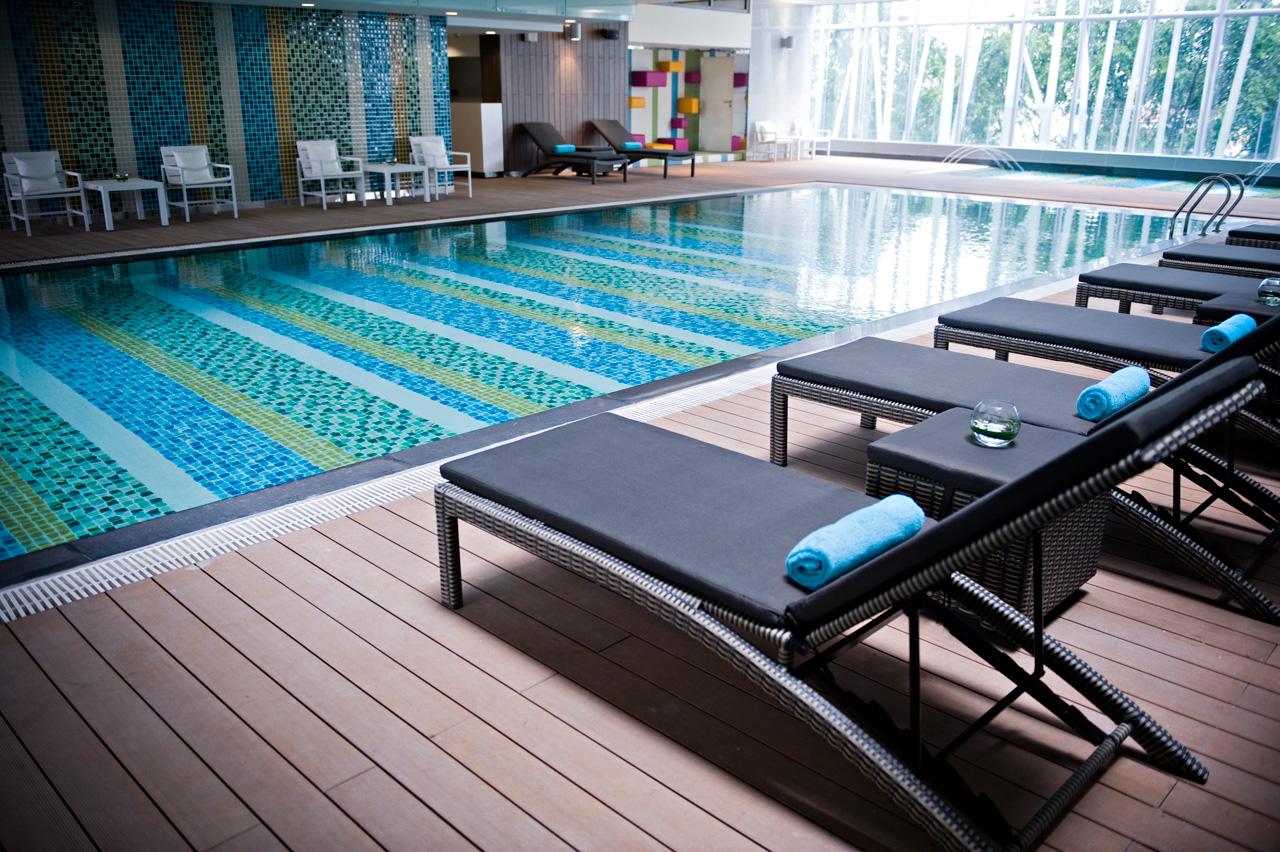 Gỗ nhựa ngoài trời Kankyo Wood II được sử dụng để lắp đặt sàn bể bơi khách sạn